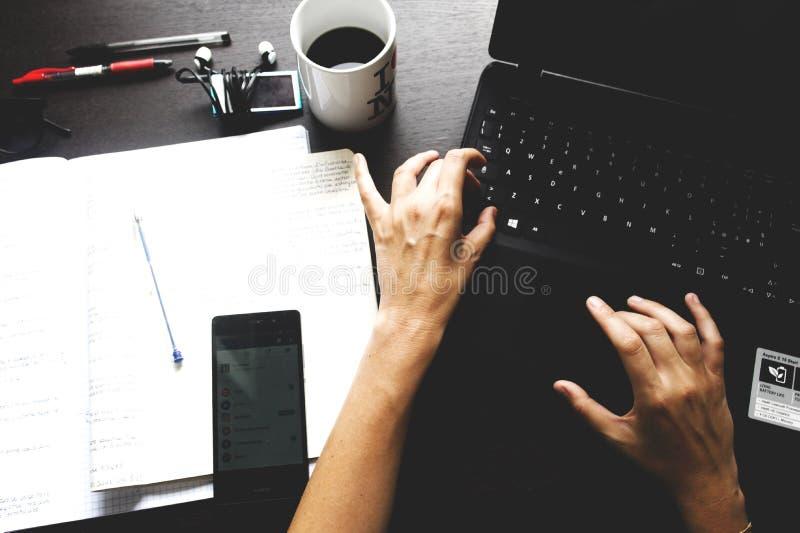 Unter Verwendung des Computers auf einem Schreibtisch stockbilder