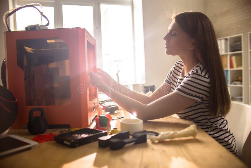 Unter Verwendung des Druckers 3D lizenzfreie stockfotografie
