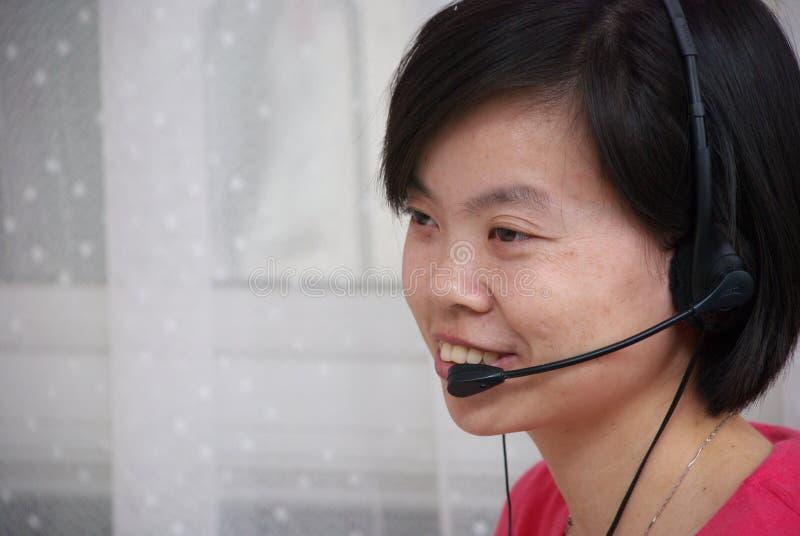 Unter Verwendung des Kopfhörers stockfoto