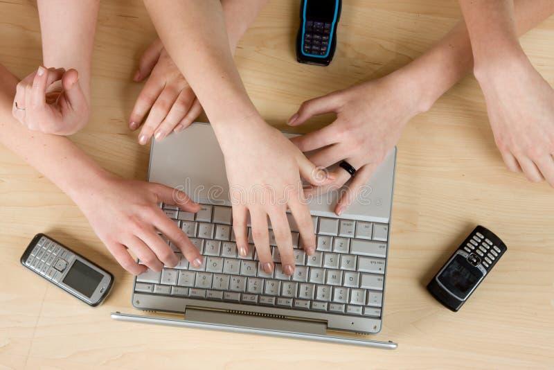 Download Unter Verwendung Des Laptops Stockbild - Bild von berühren, kaukasisch: 9090029