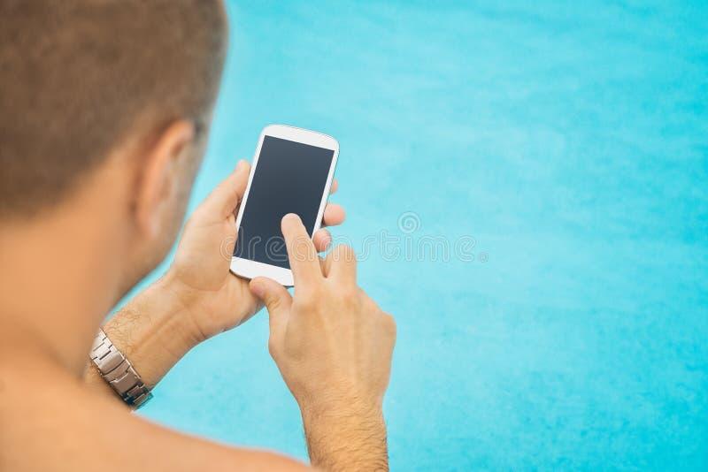 Unter Verwendung des Smartphone im Urlaub lizenzfreie stockfotografie