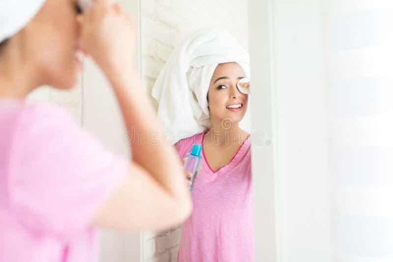 Unter Verwendung des spätesten Schönheits-Produktes lizenzfreies stockfoto