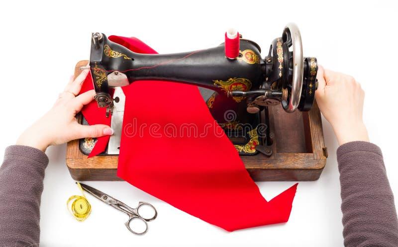 Unter Verwendung einer alten Nähmaschine lizenzfreies stockbild