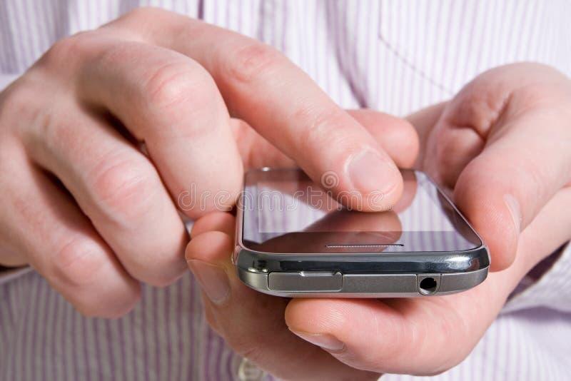 Unter Verwendung eines intelligenten Telefons lizenzfreies stockfoto