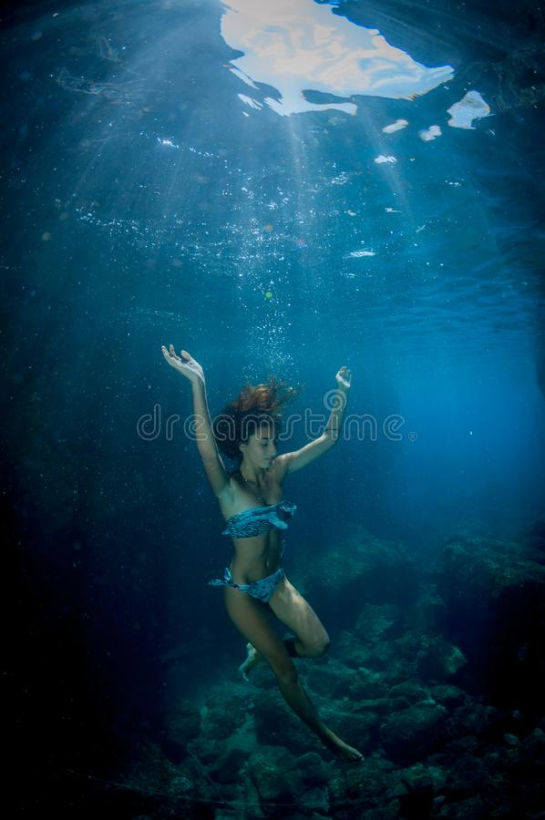 Unter Wasser tanzen lizenzfreie stockfotos