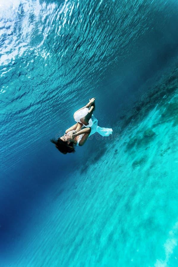 Unter Wasser tanzen stockfoto