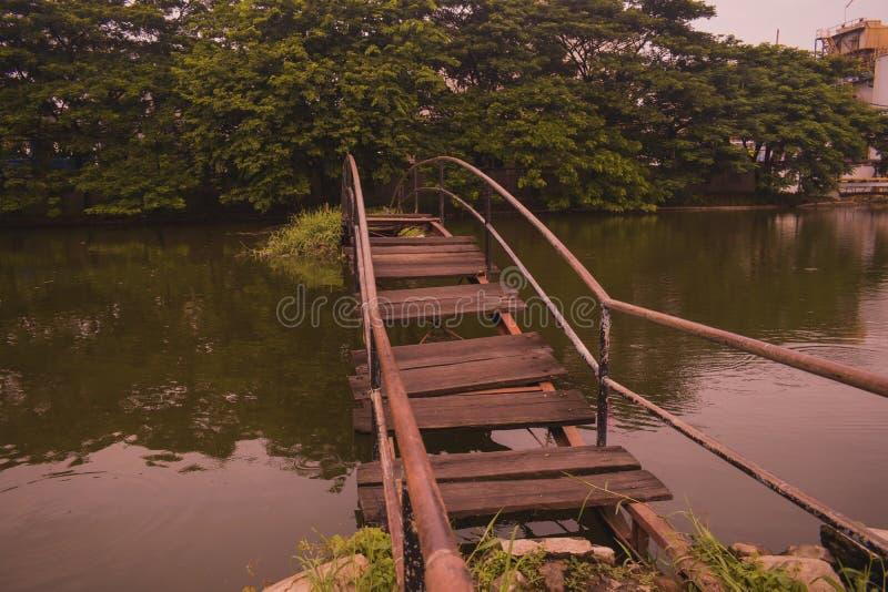 Unterbrochene alte Brücke stockbild