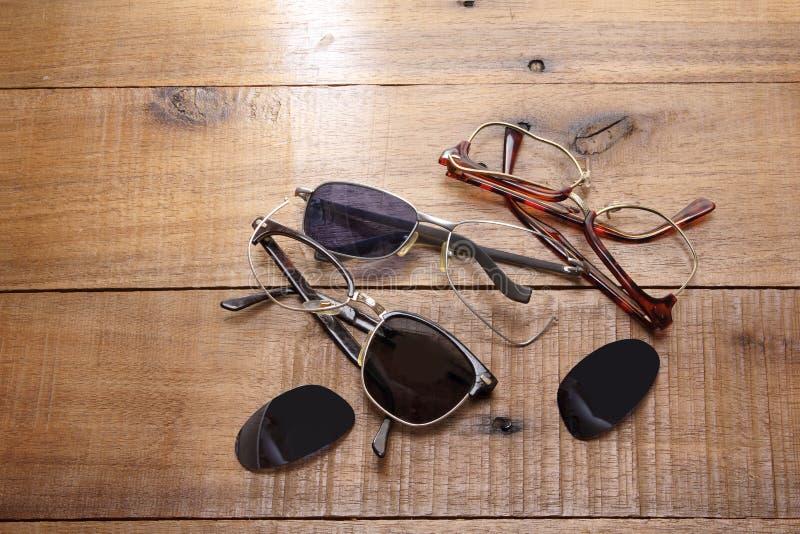 Unterbrochene Sonnenbrillen stockfotos