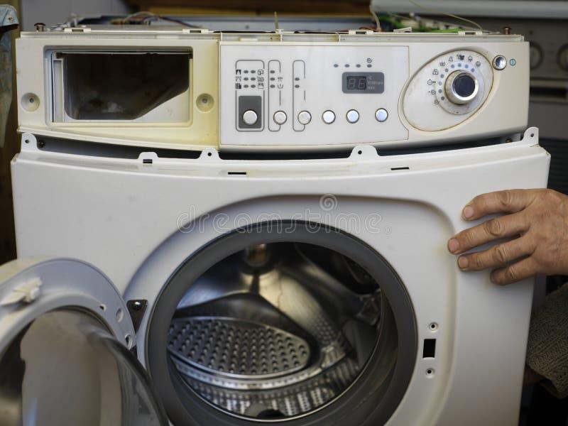 Unterbrochene Waschmaschine lizenzfreie stockfotografie