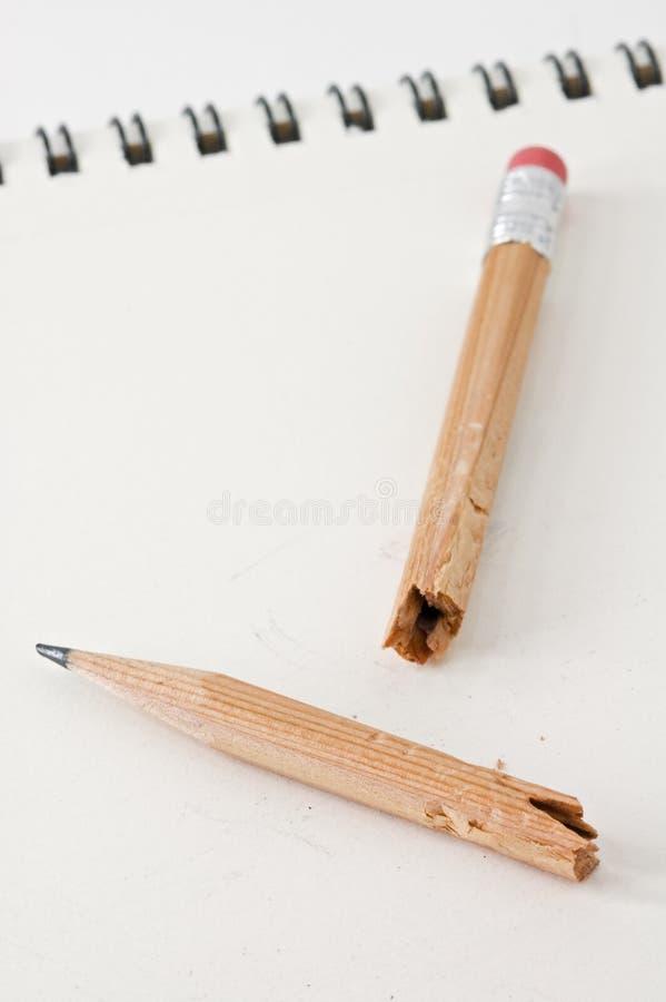 Unterbrochener und gekauter Bleistift stockbild