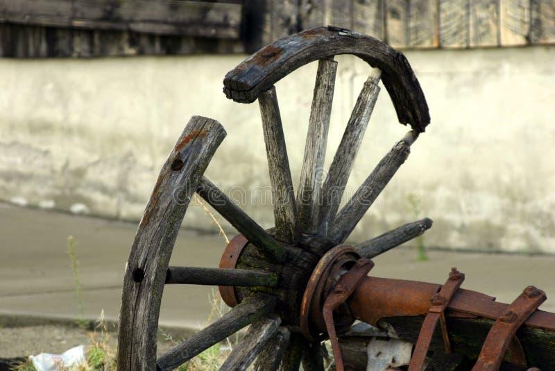 Unterbrochenes altes antikes Lastwagen-Rad lizenzfreie stockfotos