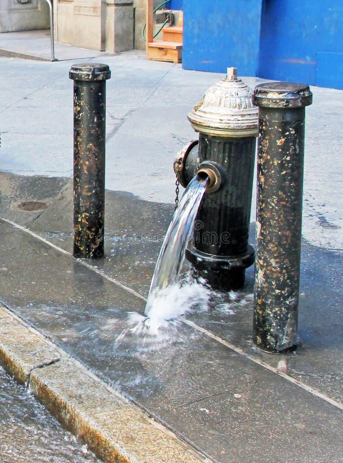 Unterbrochenes Wasser-Rohr stockbilder