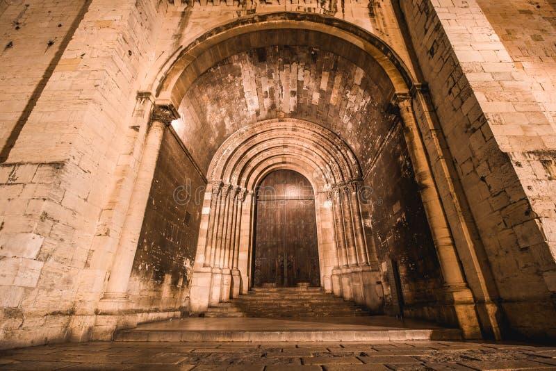 Untere Aussicht auf den Eingang zur Kathedrale Santa Maria Maior de Lisboa in Lissabon nachts stockfotos
