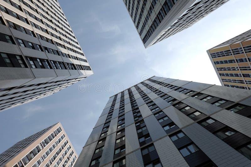 Untere hohe Ansicht von modernen Wolkenkratzerbürogebäudewänden stockfoto