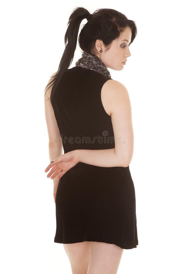 Untere Rückseite des Frauenschwarzkleiderschals einer Hand stockbild