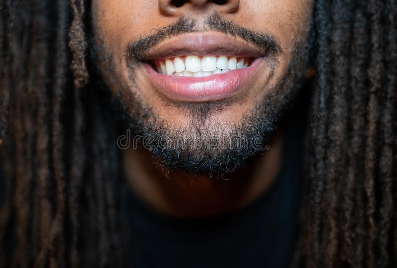 Unteres halbes Lächeln lizenzfreie stockfotografie