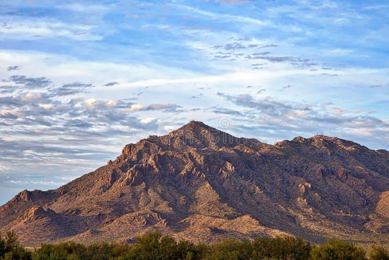Untergehende Sonne auf Newman-Spitze in Süd-Arizona lizenzfreie stockfotografie