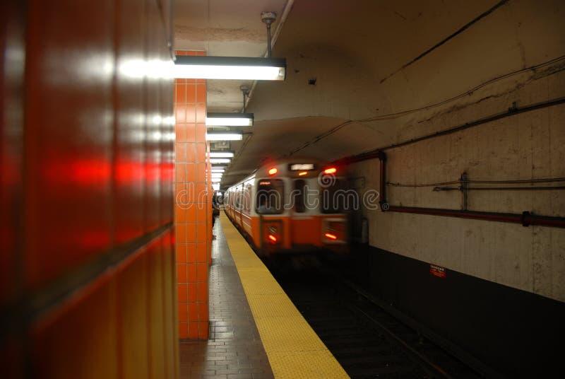 Untergrundbahn, die 2 von 5 sich nähert lizenzfreies stockfoto