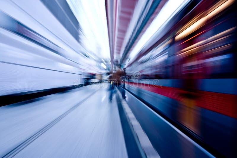Untergrundbahn, die vorbei beschleunigt lizenzfreies stockbild