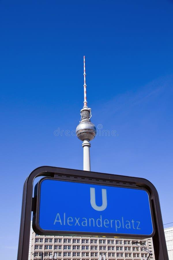 Untergrundbahn Zeichen und Fernsehapparat-Kontrollturm in Berlin stockbild