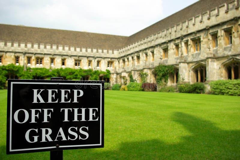 Unterhalt weg vom Graszeichen stockbild