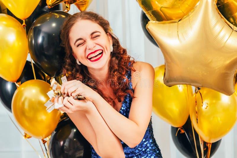 Unterhaltene M?dchenkonfettis der Geburtstagsfeier Feier lizenzfreies stockbild