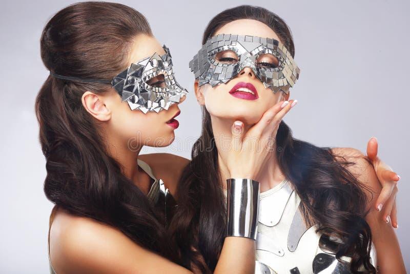 unterhaltung Frauen in den silbernen glänzenden Masken kunstfertigkeit stockbild