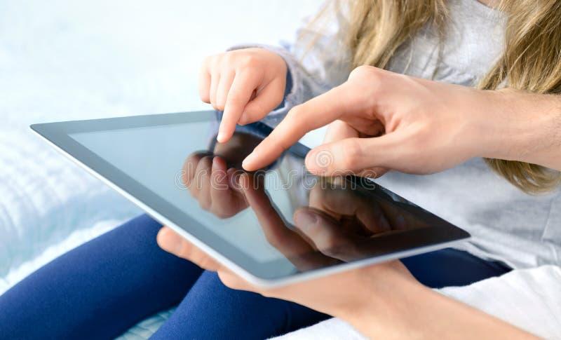 Unterhaltung mit Apple ipad digitaler Tablette lizenzfreies stockbild