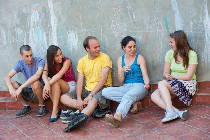 Unterhaltung mit fünf jungen Leuten stockbilder