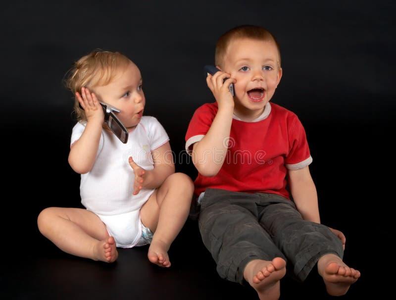 Unterhaltung mit ihrem Bruder lizenzfreies stockbild