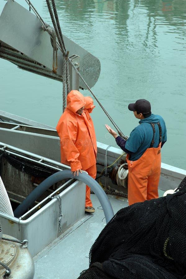 Unterhaltung mit zwei Fischern lizenzfreies stockfoto