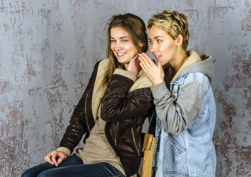 Unterhaltung mit zwei junge Freundinnen stockbild