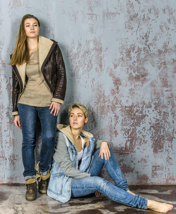 Unterhaltung mit zwei junge Freundinnen lizenzfreie stockbilder