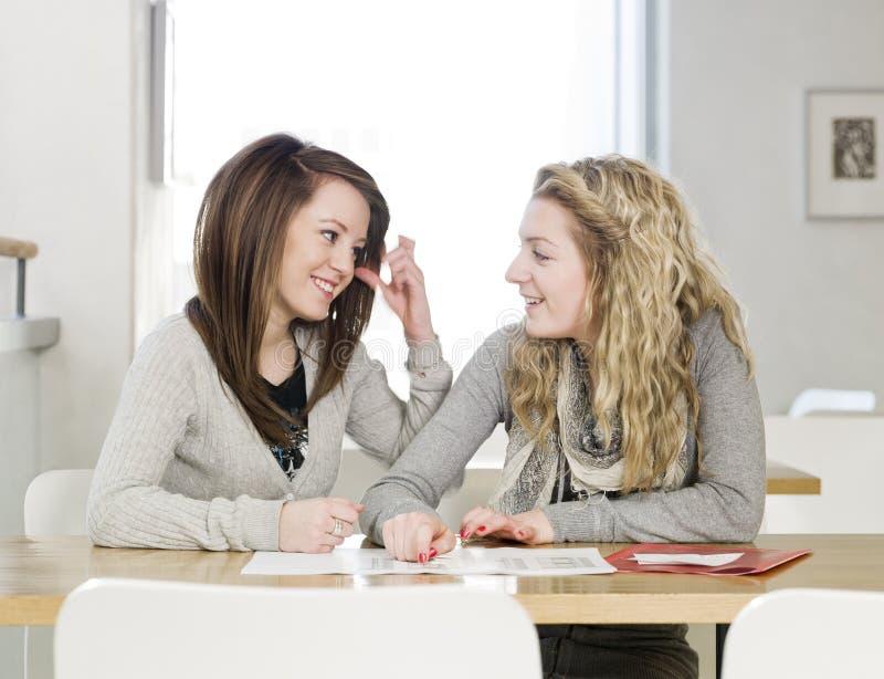 Unterhaltung mit zwei Mädchen lizenzfreies stockfoto
