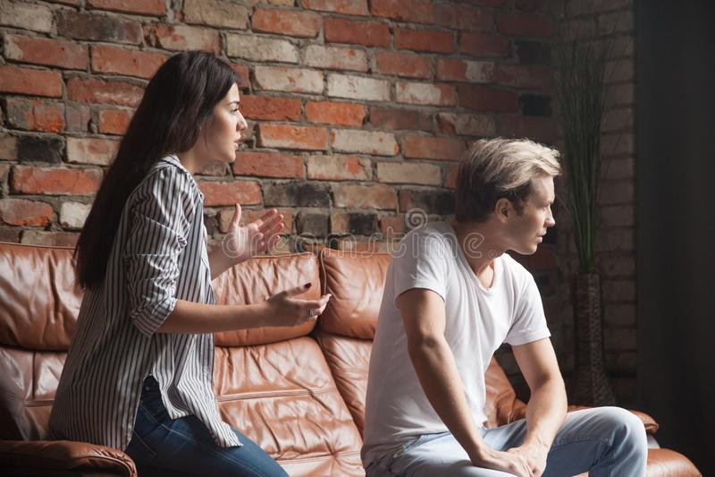 Unterhaltungsentschuldigender aufgebrachter Mann der jungen Frau glaubt achtern beleidigt stockbilder