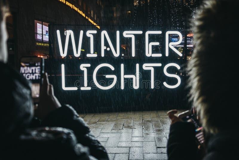 Unterhaltungsfotos der Leute eines Zeichens an den Winter-Lichtern, Canary Wharf, London, Großbritannien stockfotos