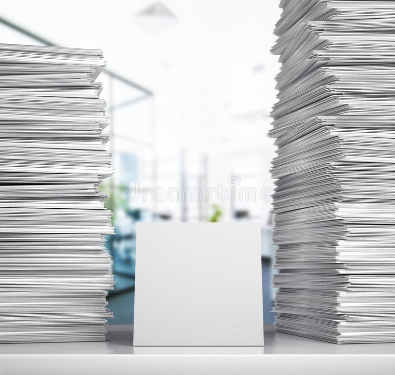 unterlagen Ein Stapel Weißbücher liegen auf einem Schreibtisch in einem Büroraum stockfoto