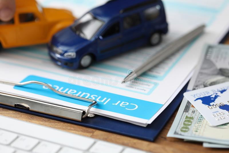 Unterlagen zur Kfz-Versicherung lizenzfreies stockbild