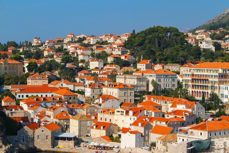 Unterlassung der Dachspitzen von Dubrovnik Kroatien von der Stadtmauer lizenzfreies stockbild