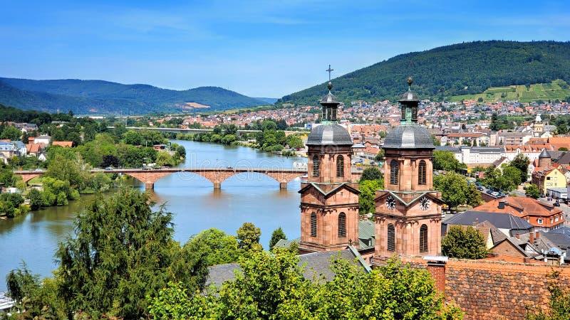 Unterlassung der Stadt von Miltenberg, von Bayern, Deutschland mit alter Brücke und Kirchtürmen stockbilder
