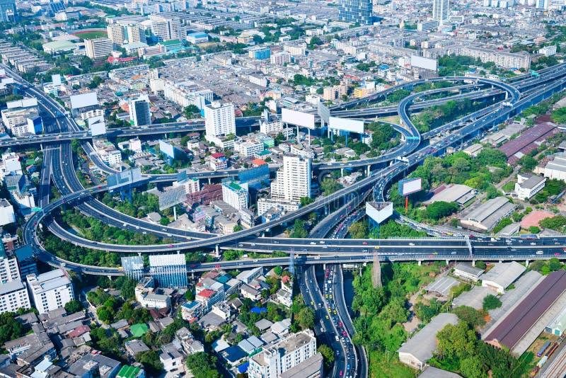 Unterlassungsansicht eines komplexen Landstraßen-Austausches, Throu schlängelnd lizenzfreie stockfotos