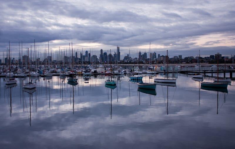 Unterlassungsboote und Betrachten des Melbourne' s-Wolkenkratzer vom St. Kilda Pier stockbild