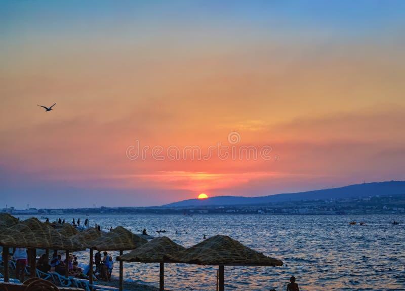 Unterlassungsbucht des Sonnenuntergangs seeund Strand mit Sonnenschirmen, Küste Schwarzen Meers, Gelendzhik, Russland stockbilder