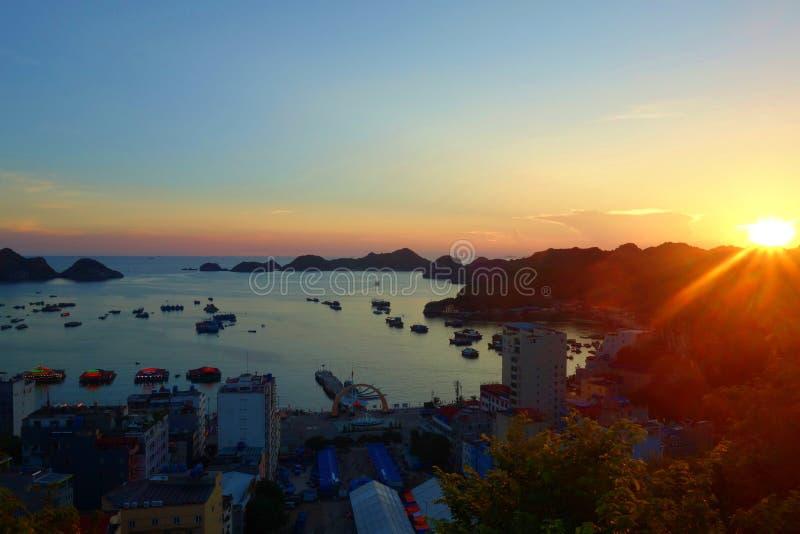 Unterlassungshafen Cat Ba Island-Panoramas und Fischerboote mit einem bunten Sonnenuntergang, lange Bucht ha, Vietnam lizenzfreies stockbild