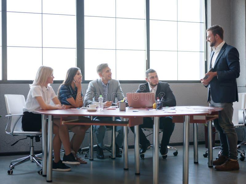 Unternehmensberater beim Arbeiten in einem Team Eine Gruppe junge Arbeitnehmer bei einer Sitzung im Firmenkonferenzsaal stockbilder