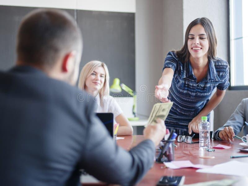 Unternehmensberater, die in einem Team arbeiten Eine Gruppe junge Arbeitnehmer bei einer Sitzung im Firmenkonferenzsaal Geschäft stockbild