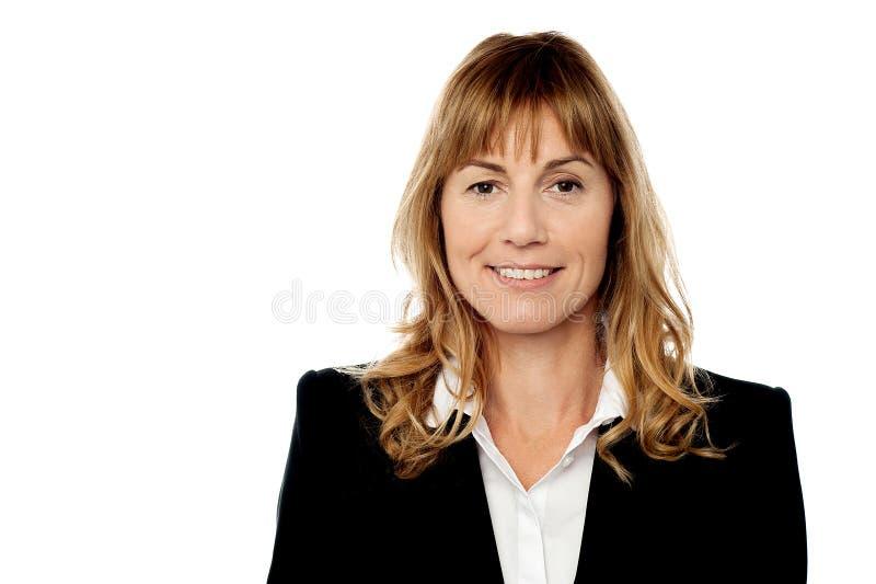Unternehmensfrauenporträt, lokalisiert auf Weiß lizenzfreie stockbilder