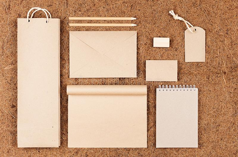 Unternehmensidentitä5sspott Eco oben; leere Verpackung, Briefpapier, Geschenke des Kraftpapiers auf braunem Coirhintergrund stockfotografie