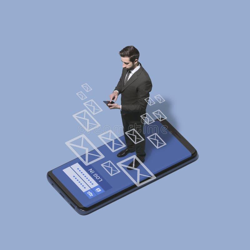 Unternehmensleiter, der seine Mitteilungen am Telefon überprüft stockbild