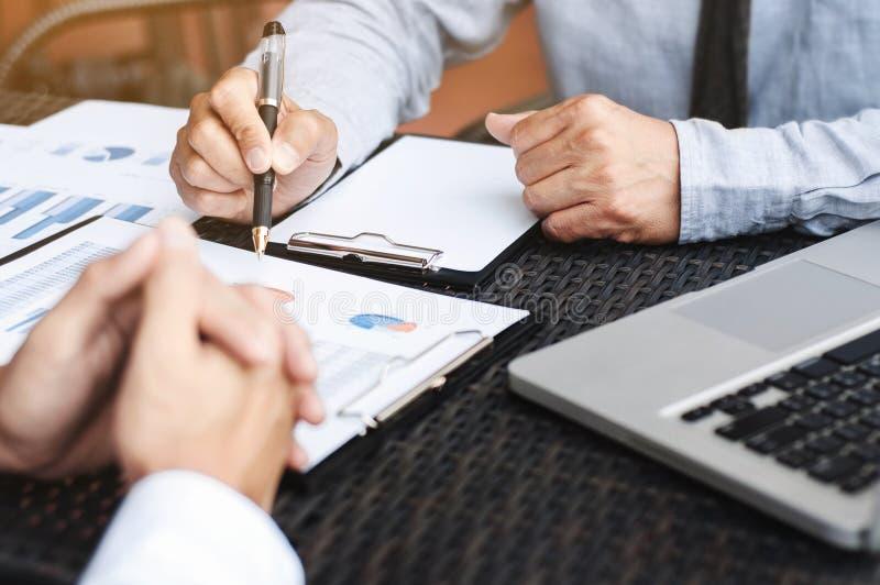 Unternehmensleiter, die über Verkaufsergebnis an einem modernen Arbeitsplatz im Freien sich besprechen lizenzfreies stockbild